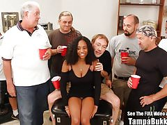 Bella Big Tit Teen sbattuta da Bukkake Geyser