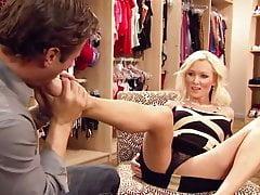 Razz: Sie probiert zuerst die Schuhe und dann die Verkäuferin