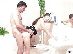 Hijastra atrapó a papá en el baño y se la follan.