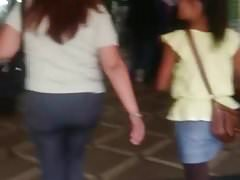 Una abuela mostrando calzon