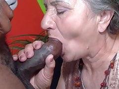 Babcia próbuje czekoladowy kij
