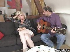 Sie verwickelte sich in den Sex mit seinen alten Eltern