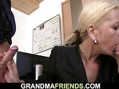 Vieille femme mature blonde maigre avale deux bites
