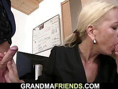 Dünne blonde alte reife Frau schluckt zwei Hähne