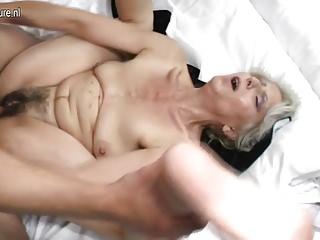 毛茸茸的奶奶被年輕的情人搞砸了