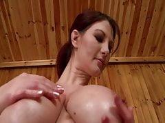 Sexy MILF v sauně