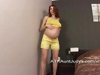 懷孕的iviola手指她剃光的陰部