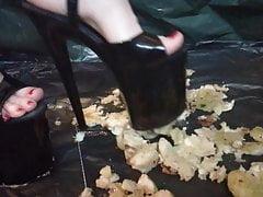 Lady L schiaccia mele con tacchi alti neri