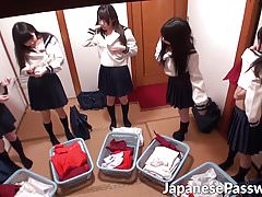 Japońskie nastolatki dają robienie loda samurajskiemu mistrzowi w dojo