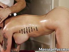 Redhead babe Tana Lea jezdí po smyslné masáži