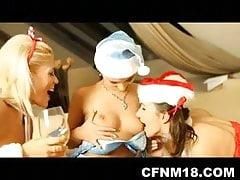 CFNM di Natale con 2 svestite di Babbo Natale