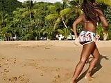 Gros boule de black dance a la plage