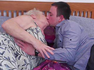 成熟的妓女吮吸和他媽的小男孩