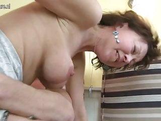 成熟的母親由她的小男孩操