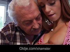 Porno Casting für den alten Amateur, der die junge Erica Fontes fickt