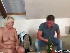 La nonna bionda in lingerie bianca piace al genero