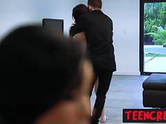 Aliyah guarda mentre il tipo punisce sessualmente la figa stretta di Haileys