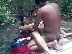 Indisches jugendlich Paar ficken im Park