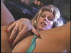 Hot blonde en lingerie doigts sa chatte serrée et se frotte ses seins