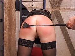 Die blonde Schlampe genießt es, von ihrem Meister bestraft zu werden
