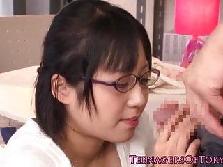无辜的亚洲firsttimer极客他妈的在眼镜