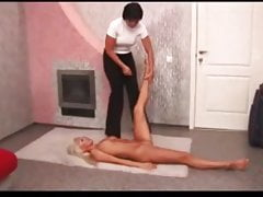 Brunette plays with flexible blonde
