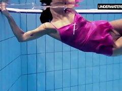 Zlata Oduvanchik nage dans un haut rose et se déshabille