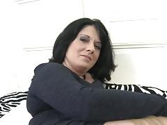 Amatorska matka wypychająca mokrą cipkę