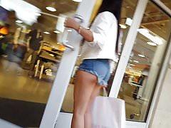 Voyeur sincero extremamente grosso em shorts atrevidos