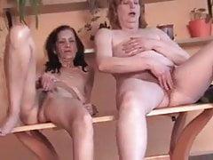 2 Oma haarig beim Masturbieren