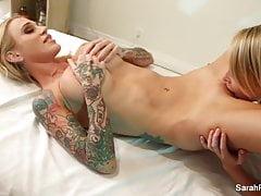 Sarah Jessie dostane erotickou masáž od Alix Lynx