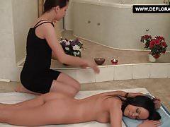 Jacquilne Anare bei einer heißen sinnlichen Lesbenmassage