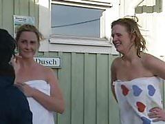 Szwedzka nudystka pływająca po saunie