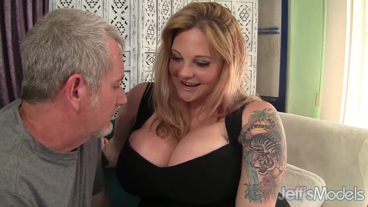 Смотреть онлайн порно рыжая туалет