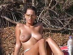 Topless Mädchen am Strand mit großen Titten