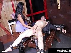Azjatycka bogini Maxine X łapie tortury i pieprzy złodzieja!