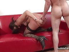 Ładna brunetka babe twarde anal podłączony do jej odlewania kanapy
