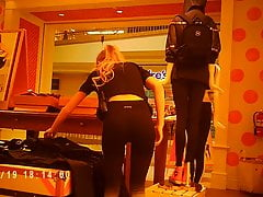 Nerdy hete blonde op Victoria Secret!