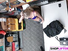 Foxy Gal Emma zostaje oszukana za kradzieże w sklepach