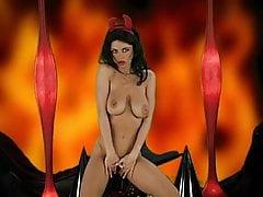 DEVIL WOMAN - drażni się pięknymi cyckami