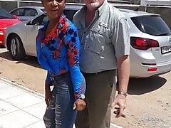 Io papà con una zappa nera in Kenya