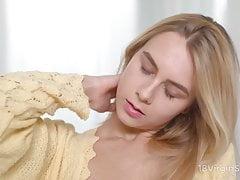 18 Virgin Sex - Il ragazzo barbuto prepara la figa bionda con cunni