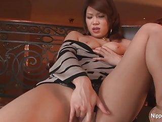 害羞的亚洲宝贝手指她的阴部相机