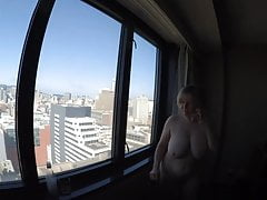 Busty GILF ciudad desnuda con vistas