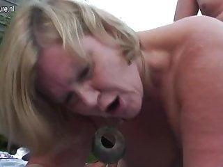 熱的英國主婦媽媽在戶外做愛