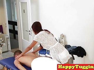 拉扯她的客戶的紅頭髮人亞洲女按摩師