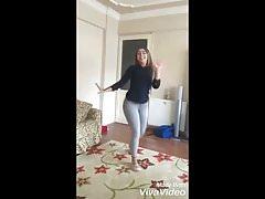 Linda chica argelina baila en jeans ajustados