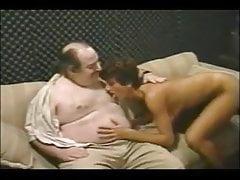 Sharon Mitchell succhia un uomo brutto e grasso