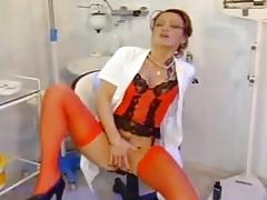 enfermera alemana en medias rojas puño a sí misma