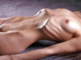 瘦女孩顯示她的肋骨